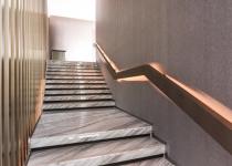 Placarea treptelor interioare cu marmura alba