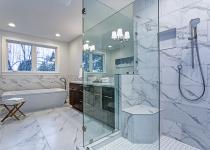 Pereti si pardoseala de marmura alba pentru baie